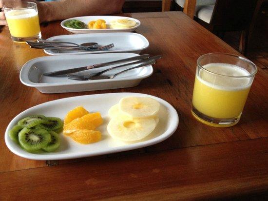 Camila 109 Bed & Breakfast: Frutas no café da manhã. Suco natural.