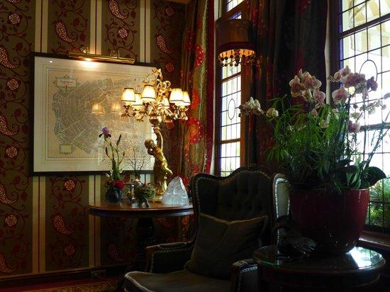 Hotel Estherea: Inner lobby area