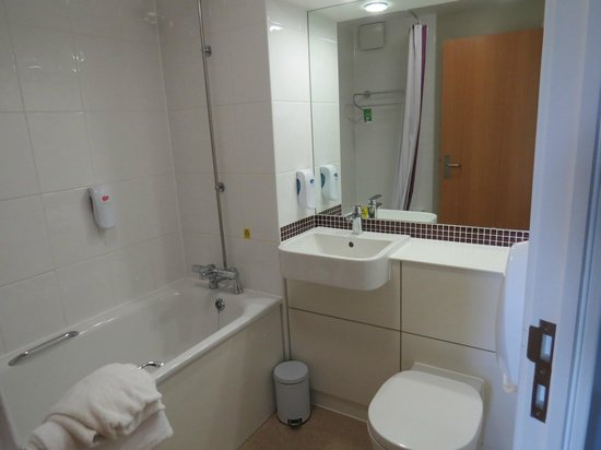 Premier Inn London Stansted Airport Hotel: Bathroom