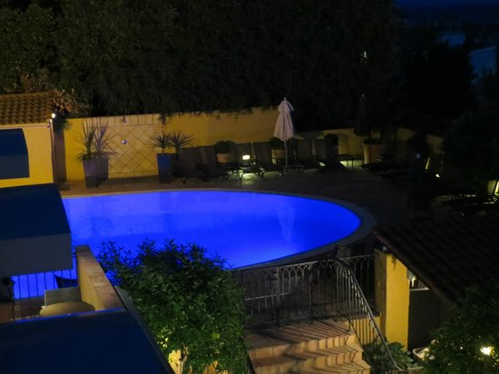 Hotel La Perouse : The pool area lit at night