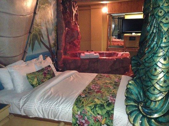 Fantasyland Hotel & Resort: Bed and tub