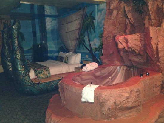 Fantasyland Hotel & Resort: Tub and bed