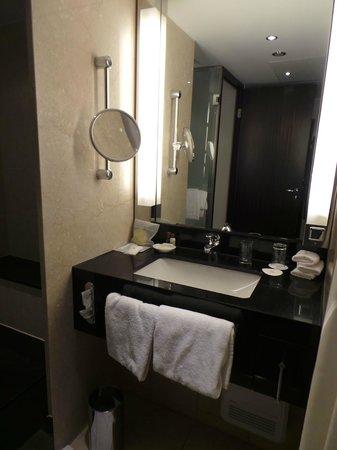Sheraton Muenchen Arabellapark Hotel: Banheiro bem equipado