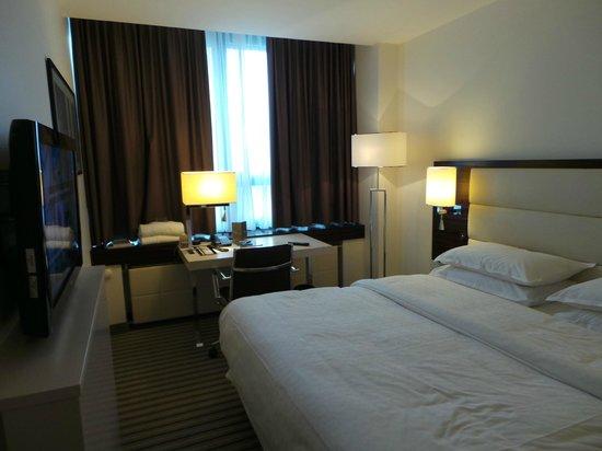 Sheraton Muenchen Arabellapark Hotel: Quarto