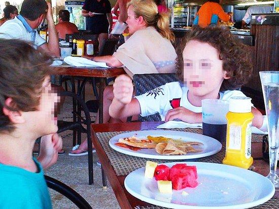 Catalonia Yucatan Beach: pranzo al grill con tanta frutta