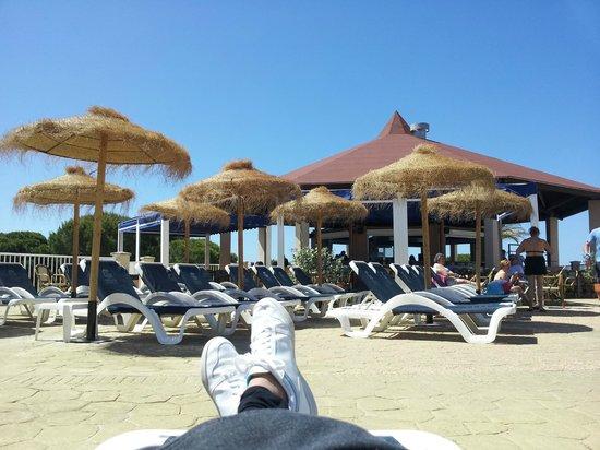 Garden Playanatural Hotel & Spa: En una tumbona, alrededor de la piscina