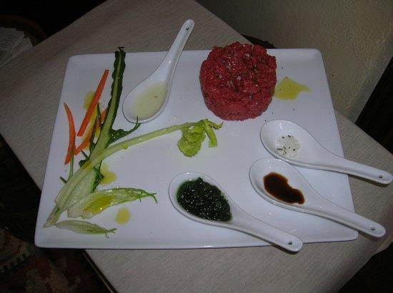 Osteria la Botte Vagliagli: Tartare di Manzo, (razza Chianina), tagliata al coltello, coi suoi accompagnamenti