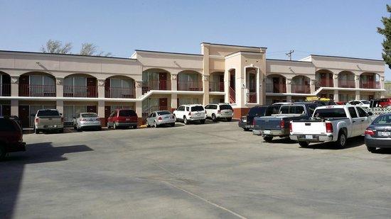 Advantage Inn & Suites: outdoor parking lot