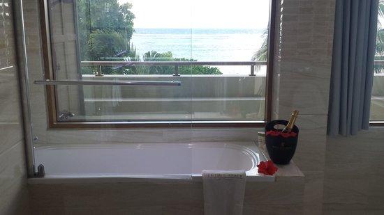 Crown Beach Hotel: vista dalla vasca da bagno