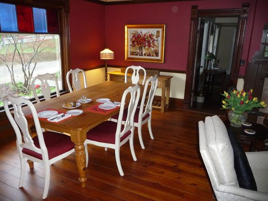 Twin Oaks Inn: Breakfast table