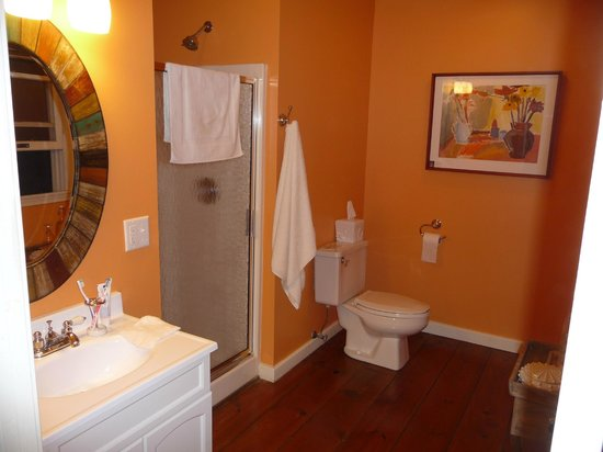 Twin Oaks Inn: Room 5 Bathroom