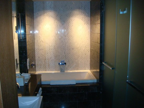 Loden Hotel: Corner Suite bathroom