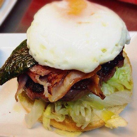 Entrecañas: Hamburguesa de ternera gallega con bacon y huevo