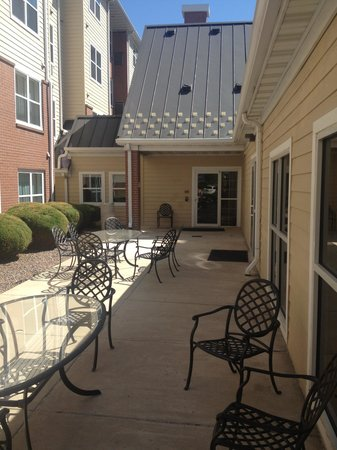 Residence Inn Denver North/Westminster: Outdoor patio adjacent to pool