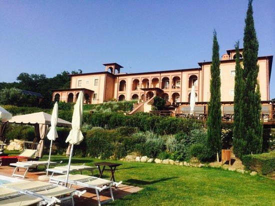 Saturnia Tuscany Hotel : Struttura vista dalla piscina