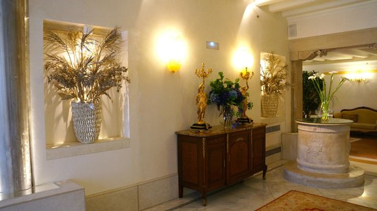 Hotel Ai Reali di Venezia: Many features of the original palace, like the columns and well head, are still present.
