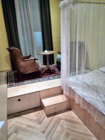 WANZ'inn Design Appartements: Кресла и столик на подиуме у окна