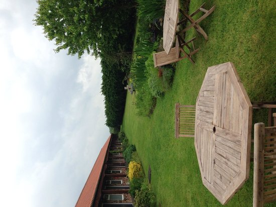 The Red Lion Country Inn & Rooms: Lovely gardens - shame about the rain!