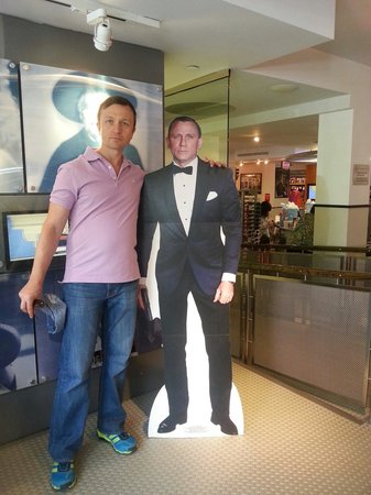 International Spy Museum : With 007 at the entrance of the spy store