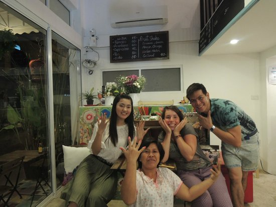 Bewel Hostel: nagellakclubje met de huishoudelijk medewerkster