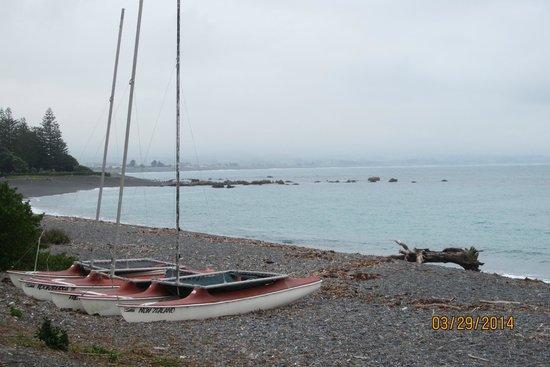 Seaview Motel: beautiful shoreline across the road