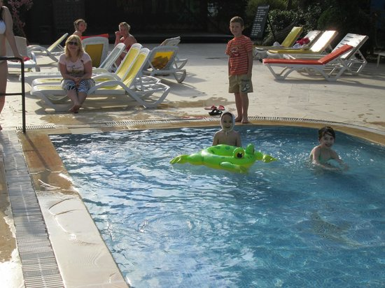 Hotel Drop: У бассейна..