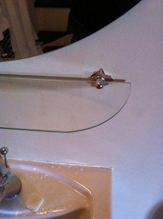 The Crossways : Mensola pericolante nel bagno