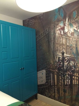 Hotel Indigo London Kensington : Closet and wall art