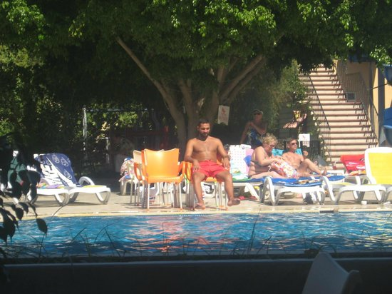 Hotel Drop: Спасатель у бассейна..