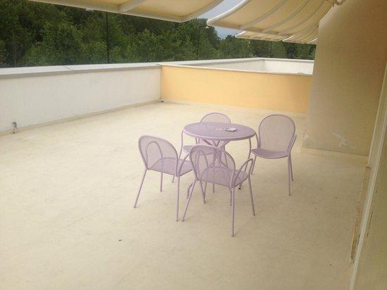 Relais Du Lac : Terrasse Suite (strassenseitig)