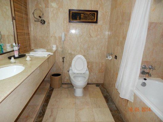 Rama Beach Resort and Villas: Bathroom