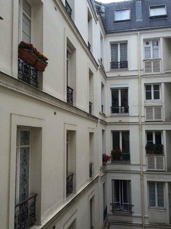 Hotel Signature St Germain des Prés : VIew to courtyard