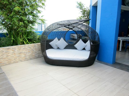 Y2 Residence Hotel: Seating Area At Y2 Roof Top Pool