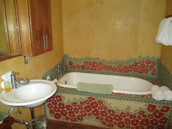 The Inn at 6300 : Suite A / Large soaking tub w/ hand held shower