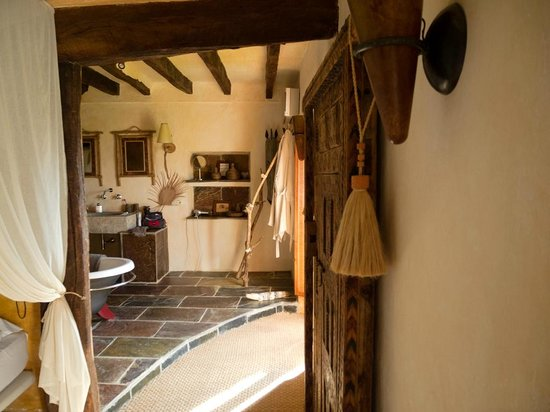 Can Serola : Suite Africana y acceso a su baño.