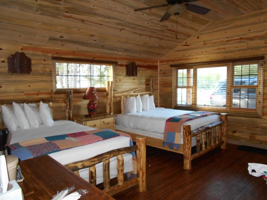 Cedar Pass Lodge : Inside our cabin.