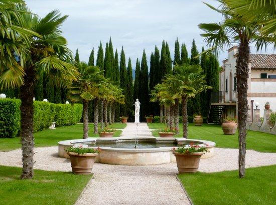 Villa Zuccari: Gardens