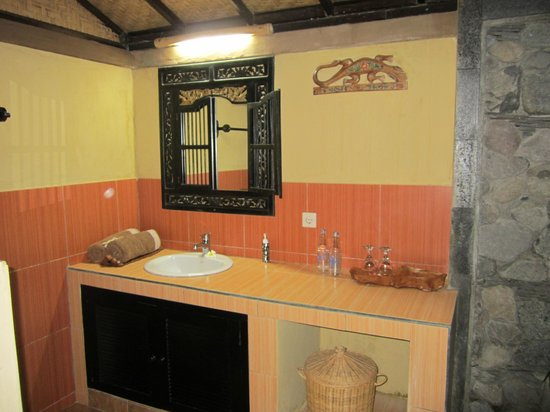 Taruna Homestay: Bathroom Sink (outdoor)