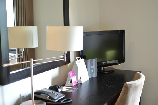 De Vere Wokefield Estate: Desk / TV