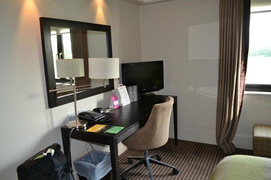 De Vere Wokefield Estate: Room - Desk area
