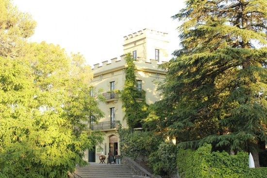 Els Jardins de la Martana: el Hotel visto desde el puente