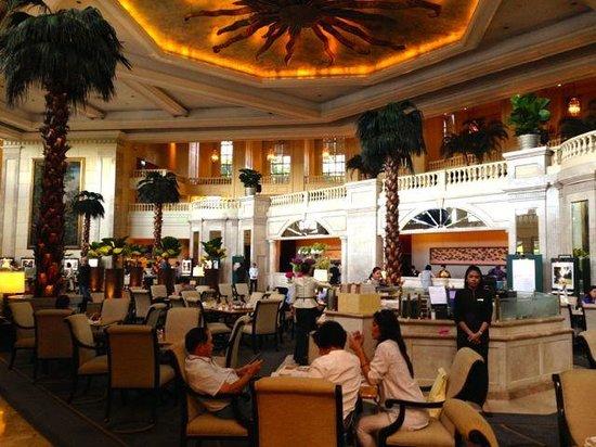 The Peninsula Manila: Gorgeous lobby