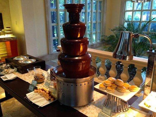 The Peninsula Manila: Tower-o-chocolate for afternoon tea