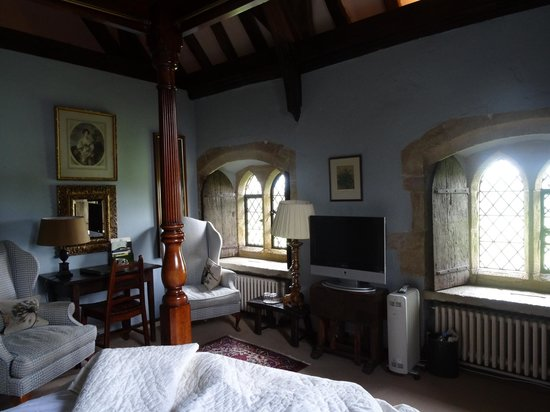 Bailiffscourt Hotel: Bedroom with medieval casements