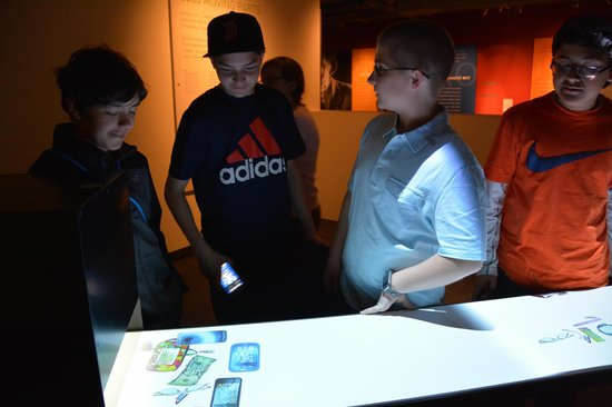 MIT Museum : putting things into the machine
