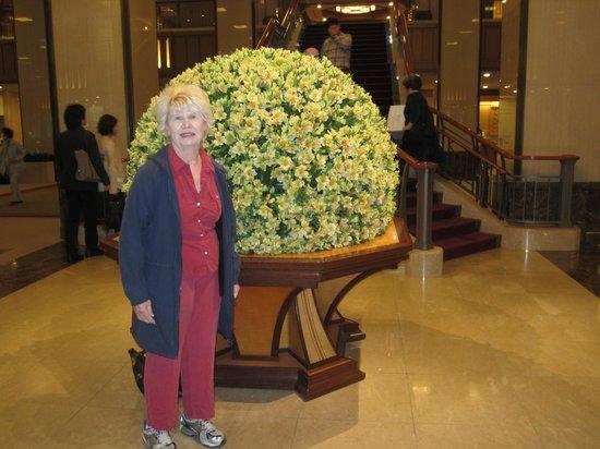 Imperial Hotel Tokyo: Loby Flower Display
