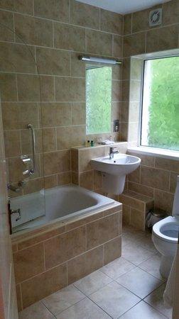 Ardvasar Hotel: The bathroom in Room 7