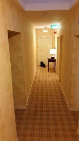 Ardvasar Hotel: Hallway and Pixie