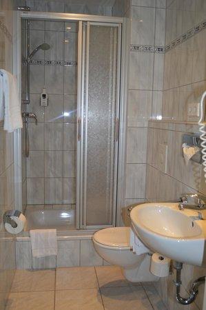 Badezimmer klein - Bild von Hotel Tiergarten, Berlin - TripAdvisor