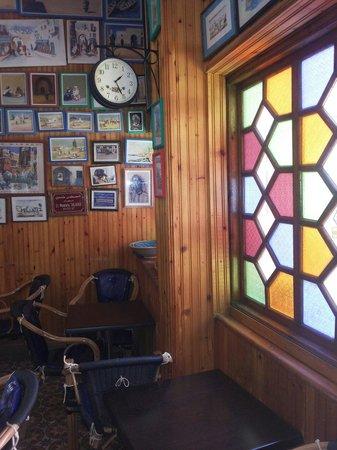 Patisserie Chez Driss : Un endroit où le temps s'arrête car il y  cohabitent plusieurs époques. A visiter.